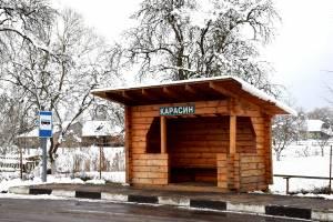 Замість старих понівечених споруд – новенькі дерев'яні зупинки
