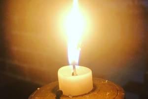 Горить свічка